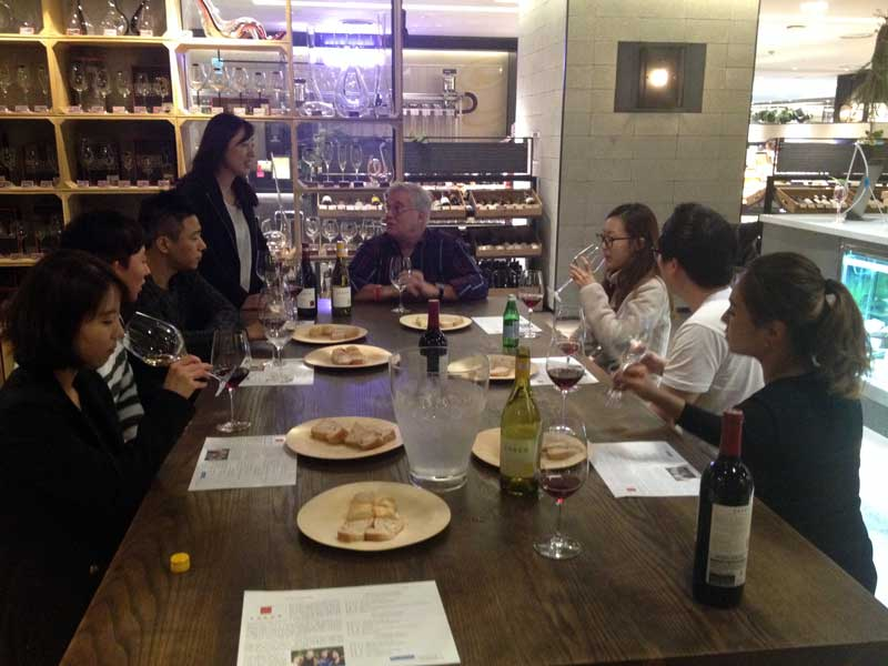 A 1-hour tasting group enjoying their Esser wines at the Hyundai Department Store in Seoul